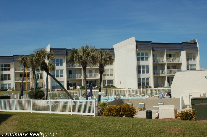 Click here to enlarge the picture of Tradewinds Condos courtyard